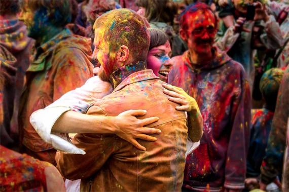 The Color of Time, Déambulation dansé sous une pluie de couleurs de la compagnie Artonik, le 21 Juin - Crédit Vincent Vanhecke
