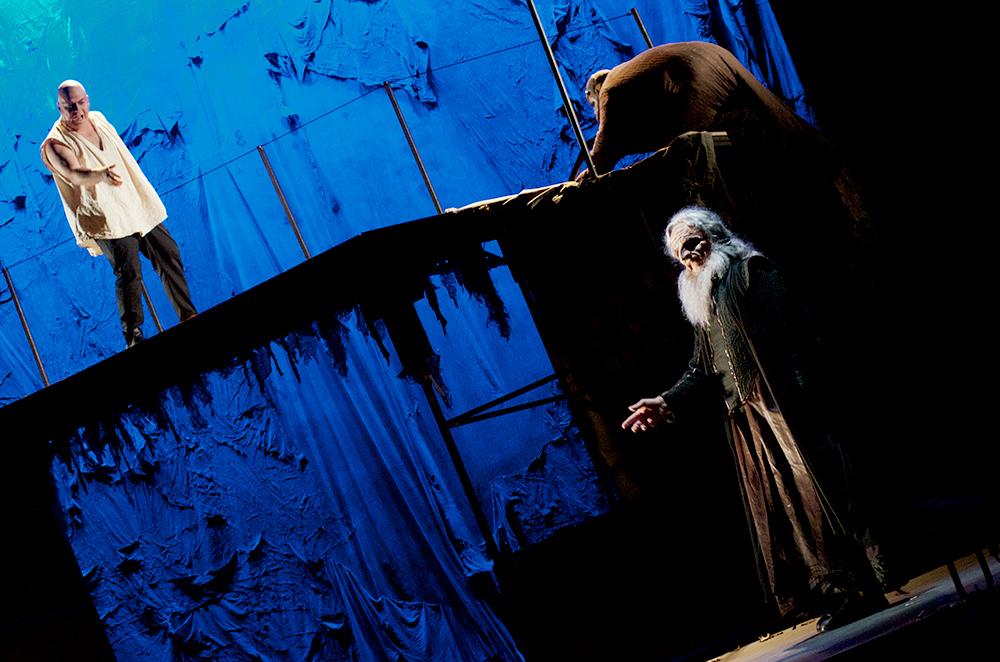 Valjean (Pascal Joumier) et un Monseigneur Bienvenu plus surnaturel que spirituel - Crédits : Flag'2013