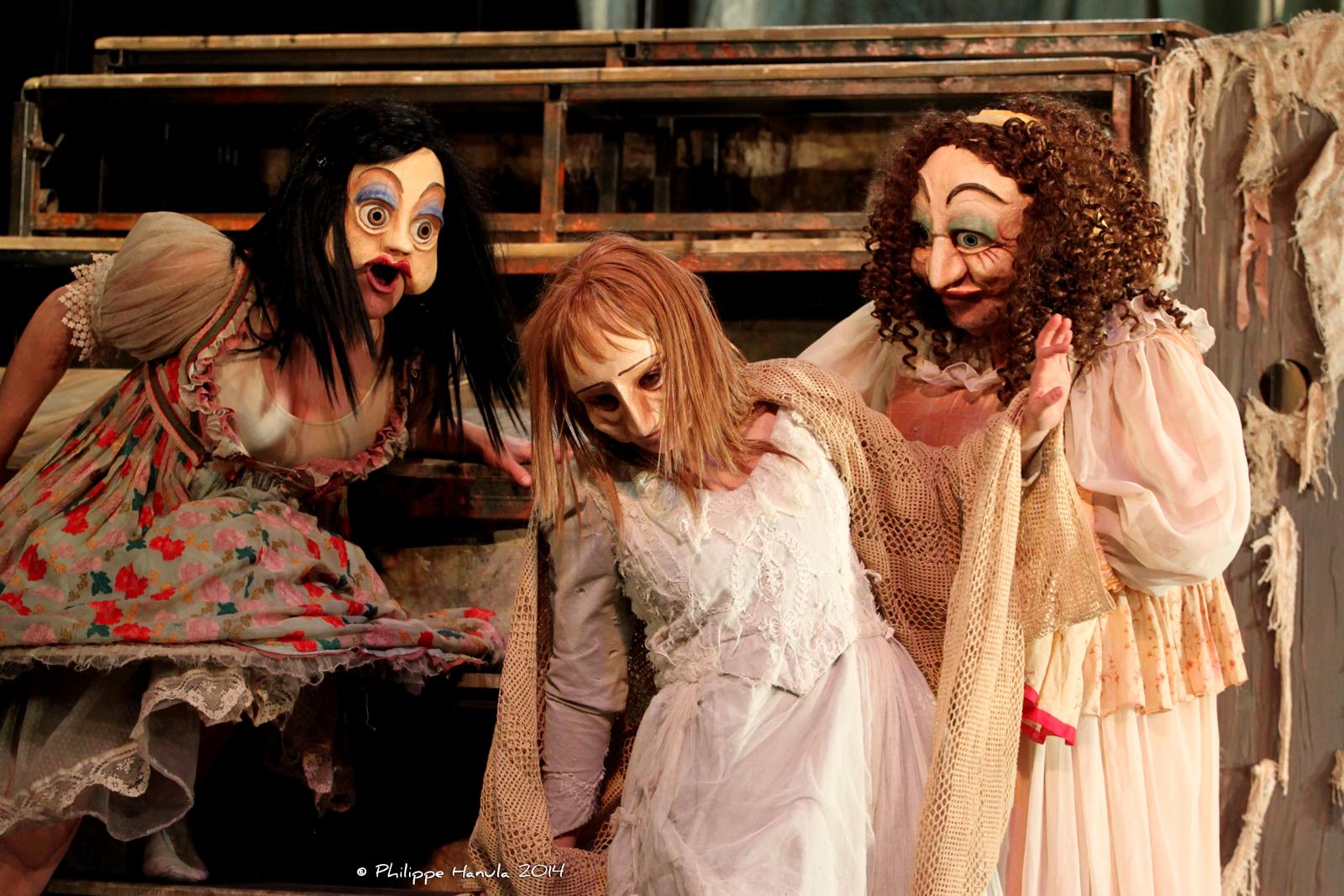 Entouré de ceux, grossiers, des prostitués, le masque de Fantine est immaculé... - Crédits : Flag'2013