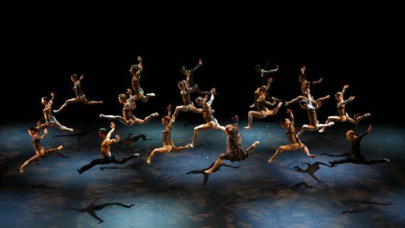 Le ballet Malandain composé de 22 danseurs, au complet et dans un même élan