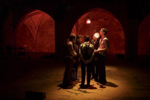 Les chroniqueurs chantent dans le désert de Wirikuta. Représentation au festival d'Avignon 2016. © Christophe Reynaud de Lage