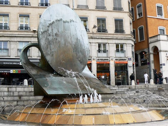 Fontaine par Ipoustéguy (crédit : flickr)